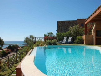 swimming-pool-2386261_640
